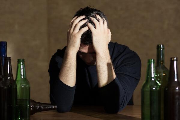 Η εξάρτηση από το αλκοόλ μπορεί να συμβάλει σε προβλήματα ψυχικής υγείας